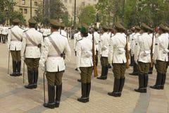 Carabineros的军事在圣地亚哥,智利结合出席在La Moneda总统府前面的改变的卫兵仪式 图库摄影
