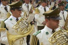 Carabineros的军事结合出席在La Moneda总统府前面的改变的卫兵仪式,圣地亚哥,智利 免版税库存图片