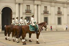 Carabineros的军事结合出席在La Moneda总统府前面的改变的卫兵仪式,圣地亚哥,智利 图库摄影