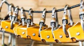 Carabiners для альпинистов повешенных на веревочке Стоковые Изображения