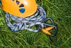Carabiners, casco y cuerda Fotografía de archivo libre de regalías