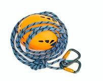 Carabiners, cuerda azul y casco Imagen de archivo