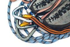 Carabiners, cuerdas y zapatos que suben Foto de archivo