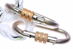 Carabiners d'acciaio con la corda isolata fotografie stock