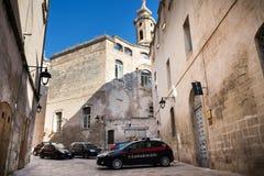 Carabinieri警车在历史中心站立在Monopoli,意大利 免版税库存图片