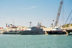 Carabinieri και Guardia Di Finanza βάρκα που δένεται στο λιμένα Στοκ εικόνα με δικαίωμα ελεύθερης χρήσης