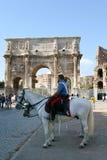 Carabinieri montado na frente do arco de Constatntine Imagens de Stock Royalty Free