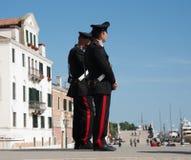 Carabinieri twee of politietribune het obrserving. Royalty-vrije Stock Foto