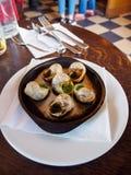 Caracóis do escargot no café francês, Paris, França, vertical fotos de stock