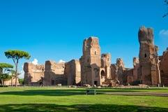 Caracalla反弹从地面的废墟视图与大蓝天在Ro 图库摄影