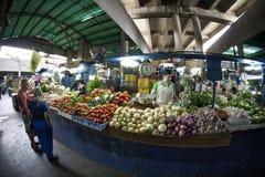 Caracas, capital de Dtto/Venezuela - 02-04-2012 : Les gens achetant sur un marché populaire célèbre en avenue de San MartÃn Image stock