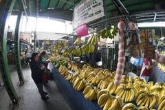 Caracas Dtto huvudstad/Venezuela - 02-04-2012: Folk som köper i en berömd populär marknad i den San MartÃn avenyn Royaltyfria Bilder