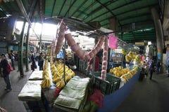Caracas Dtto huvudstad/Venezuela - 02-04-2012: Folk som köper i en berömd populär marknad i den San MartÃn avenyn Arkivbilder