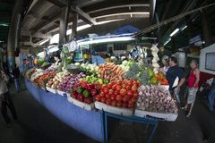 Caracas Dtto huvudstad/Venezuela - 02-04-2012: Folk som köper i en berömd populär marknad i den San MartÃn avenyn Royaltyfria Foton
