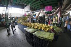 Caracas Dtto huvudstad/Venezuela - 02-04-2012: Folk som köper i en berömd populär marknad i den San MartÃn avenyn Fotografering för Bildbyråer