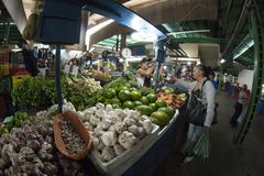 Caracas Dtto huvudstad/Venezuela - 02-04-2012: Folk som köper i en berömd populär marknad i den San MartÃn avenyn Arkivfoto