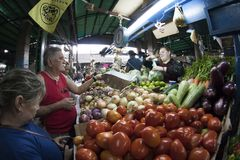 Caracas Dtto huvudstad/Venezuela - 02-04-2012: Folk som köper i en berömd populär marknad i den San MartÃn avenyn Arkivfoton