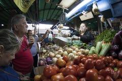 Caracas Dtto huvudstad/Venezuela - 02-04-2012: Folk som köper i en berömd populär marknad i den San MartÃn avenyn Royaltyfri Bild