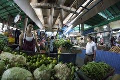 Caracas Dtto kapitał, Wenezuela,/- 02-04-2012: Ludzie kupuje w sławnym popularnym rynku w San martÃn alei Obraz Stock