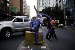 Caracas, Dtto-Kapitaal/Venezuela 05-27-2012: De oude mens riep het jongleren met van Jose met een ring in de openbare weg op het  Royalty-vrije Stock Afbeeldingen