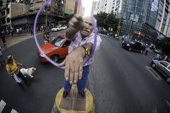 Caracas, Dtto-Kapitaal/Venezuela 05-27-2012: De oude mens riep het jongleren met van Jose met een ring in de openbare weg op het  Royalty-vrije Stock Foto's
