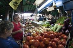 Caracas, Dtto-Kapitaal/Venezuela - 02-04-2012: Mensen die een beroemde populaire markt in de Weg van San inkopen MartÃn Stock Foto's