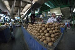 Caracas, Dtto-Kapitaal/Venezuela - 02-04-2012: Mensen die een beroemde populaire markt in de Weg van San inkopen MartÃn Royalty-vrije Stock Foto