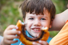 Caracol de oferecimento do cacau do menino pré-escolar feliz Imagem de Stock