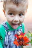 Caracol na flor vermelha Rapaz pequeno feliz que joga no parque com o caracol no tempo do dia Foco seletivo imagem de stock