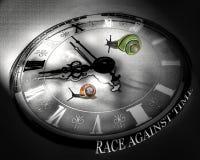 Caracoles coloridos que compiten con contra tiempo. Reloj blanco y negro. Foto de archivo libre de regalías