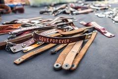 Caractère découpant le bracelet en cuir Image libre de droits