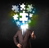 Caractère dans le costume avec le concept de tête de puzzle Photos libres de droits