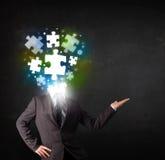 Caractère dans le costume avec le concept de tête de puzzle Images libres de droits
