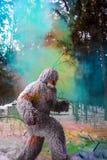 Caractère de conte de fées de yeti en photo extérieure d'imagination de forêt d'hiver photographie stock