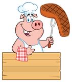 Caractère de Pig Cartoon Mascot de chef tenant un bifteck cuit sur une fourchette de BBQ au-dessus d'un signe en bois renonçant à illustration libre de droits