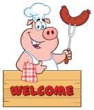 Caractère de Pig Cartoon Mascot de chef tenant une saucisse sur une fourchette de BBQ au-dessus d'un signe en bois renonçant à un illustration de vecteur