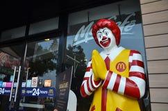 Caractère de Ronald McDonald près d'entrée au restaurant de McDonals Photos stock