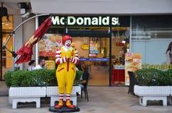 Caractère de Ronald McDonald près d'entrée au restaurant de McDonals Photo stock