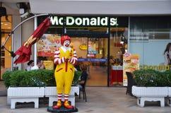 Caractère de Ronald McDonald près d'entrée au restaurant de McDonals Photo libre de droits