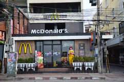 Caractère de Ronald McDonald près de restaurant de McDonalds Images libres de droits