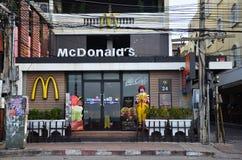 Caractère de Ronald McDonald près de restaurant de McDonalds Image stock