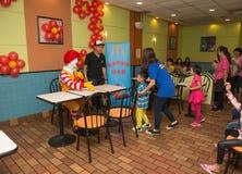 Caractère de Ronald McDonalds ayant la partie avec des fans Images libres de droits