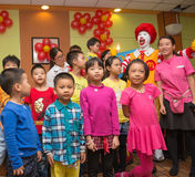 Caractère de Ronald McDonalds ayant la partie avec des fans Photos stock