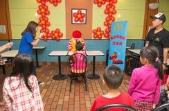 Caractère de Ronald McDonalds ayant la partie avec des fans Photos libres de droits