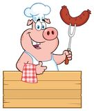 Caractère de sourire de Pig Cartoon Mascot de chef tenant une saucisse sur une fourchette de BBQ au-dessus d'un signe en bois ren illustration stock