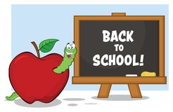 Caractère heureux de mascotte de bande dessinée de ver à Apple rouge avec A de nouveau au panneau de craie d'école illustration libre de droits