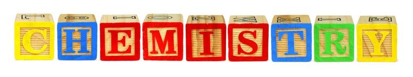 Caractères gras en bois orthographiant la CHIMIE au-dessus du blanc Photographie stock libre de droits