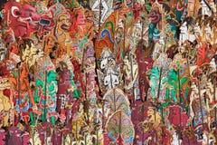 Caractères traditionnels d'exposition de marionnettes indonésienne d'ombre - kulit de wayang photos stock