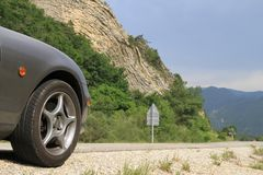 Caractéristique géologique d'Anticline avec l'avant de Mazda MX5 dans le premier plan Images libres de droits