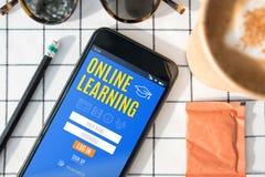 Característica de aprendizagem em linha do início de uma sessão da vista superior na tela móvel com c fotos de stock